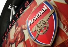 Emirates Stadium Logo Arsenal, fonte Di Myself (Singha94) - Photo déchargée directement de l'appareil photo, Pubblico dominio, https://commons.wikimedia.org/w/index.php?curid=11135677