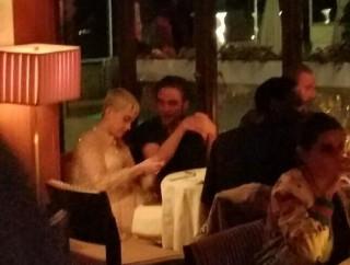 Katy Perry e Robert Pattinson a cena.