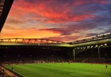 Anfield Road, Liverpool, fonte By Ruaraidh Gillies - Reds Sky At Night, CC BY-SA 2.0, https://commons.wikimedia.org/w/index.php?curid=34372585