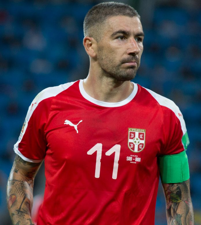 Kolarov, fonte Di Екатерина Лаут - https://www.soccer.ru/galery/1055634/photo/733894, CC BY-SA 3.0, https://commons.wikimedia.org/w/index.php?curid=70308218