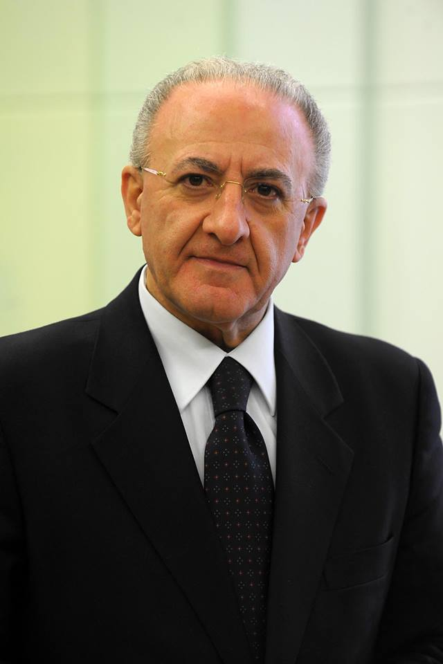 Vincenzo De Luca, presidente Regione Campania, fonte Di Jack45 - https://commons.wikimedia.org/wiki/File:Vincenzo_De_Luca_2015.jpg, CC BY 3.0, https://commons.wikimedia.org/w/index.php?curid=53452665
