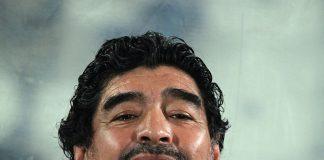 Diego Maradona, fonte By Doha Stadium Plus Qatar - Flickr: Diego Maradona, CC BY 2.0, https://commons.wikimedia.org/w/index.php?curid=28834908