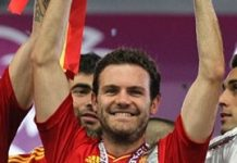 Juan Mata, fonte By Станислав Ведмидь - This file has been extracted from another file: Torres, Mata and Ramos Euro 2012 trophy 01.jpg, CC BY-SA 3.0, https://commons.wikimedia.org/w/index.php?curid=30805484